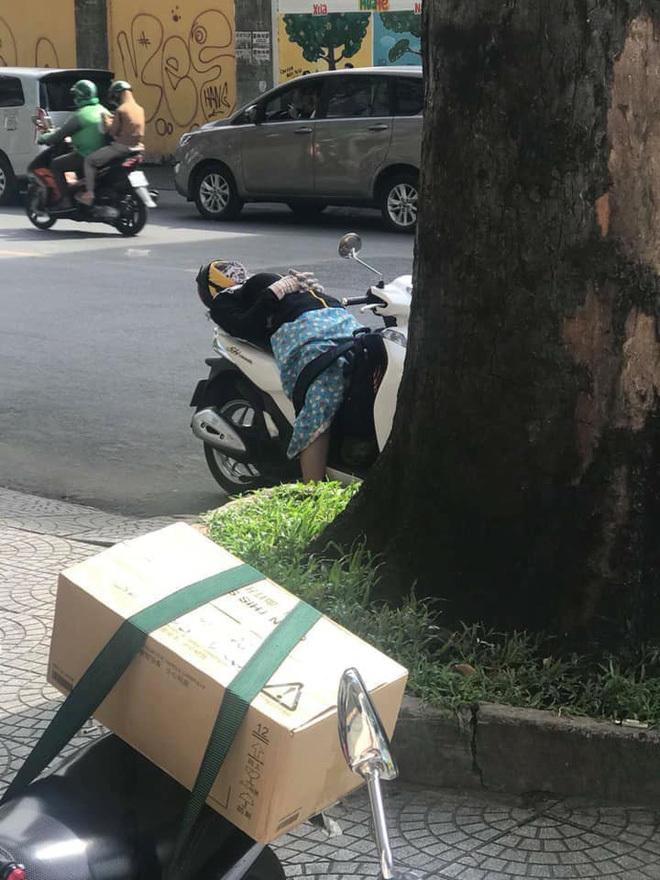 Nữ 'Ninja' vô tư ngả lưng ngủ giữa đường trên xe SH khiến nhiều người choáng váng