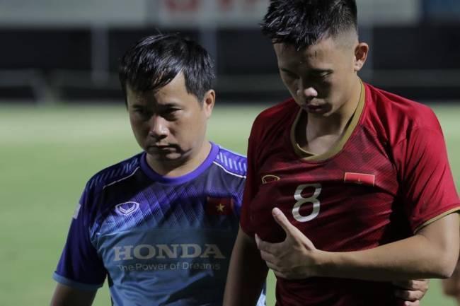 tiền vệ Trần Thanh Sơn của HAGL gặp chấn thương nặng trong chiến thắng của  U22 Việt Nam