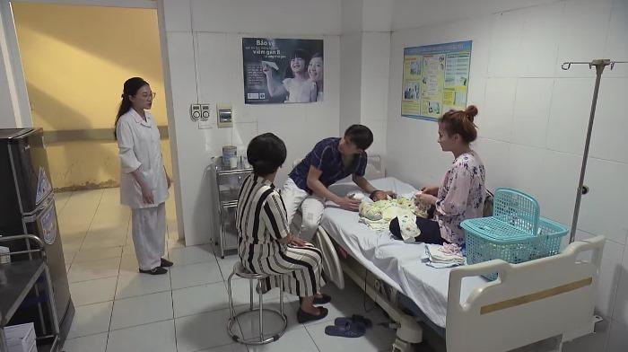 'Về nhà đi con' tập 64: Nhã cưỡng hôn Vũ, nhận vơ Vũ là chồng khi vào bệnh viện