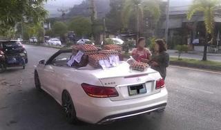 Dân mạng 'choáng' với người phụ nữ lái siêu xe Mercedes mui trần đi bán trứng dạo