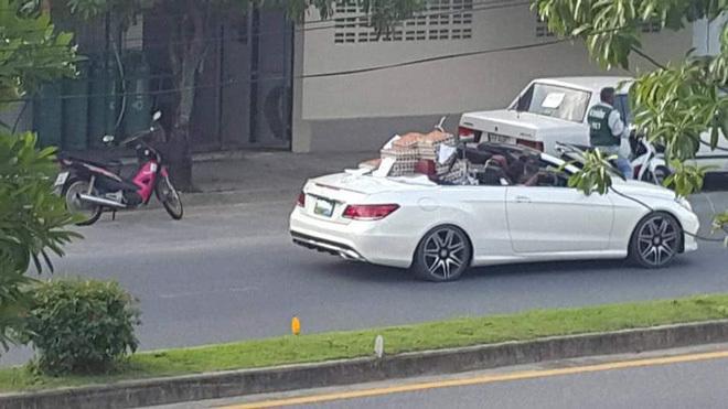 Dân mạng choáng váng với người phụ nữ lái siêu xe Mercedes mui trần đi bán trứng dạo