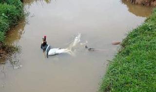 Tá hoả người đàn ông tử vong, cạnh xe máy dưới mương nước