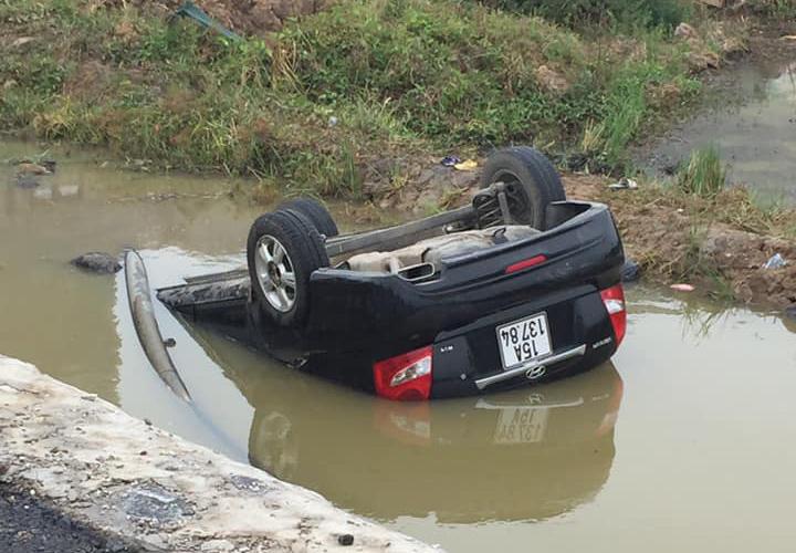 Hiện trường nữ tài xế lái ô tô lao xuống mương nước, lật ngửa.