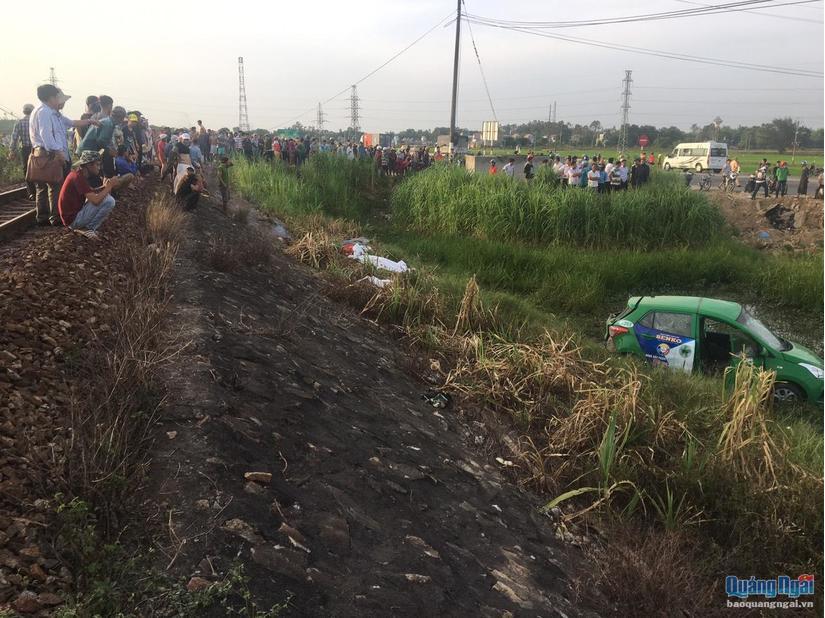 CLIP: Giây phút tàu hỏa tông trúng taxi Mai Linh văng hàng chục mét