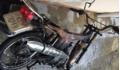 Châm lửa cạnh bình xăng xe máy vừa cướp để hút thuốc, xe cháy trơ khung