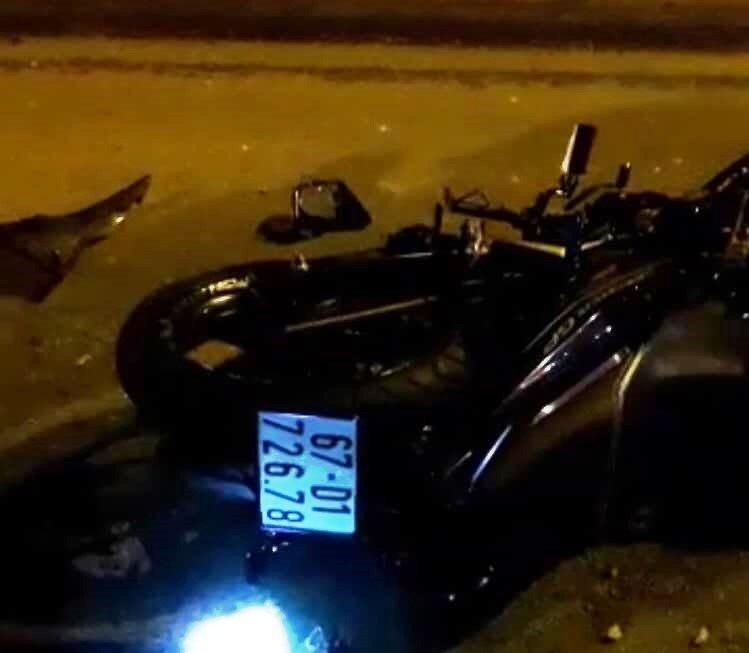 Đi sai làn trên QL1, thanh niên đi xe máy húc mạnh vào đuôi container tử vong