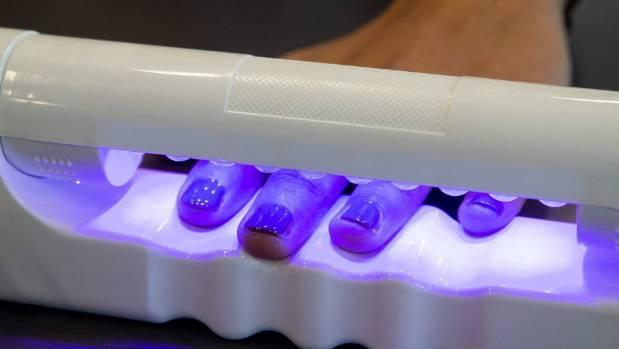 Tác hại ghê gớm đằng sau việc dùng đèn hong móng tay UV