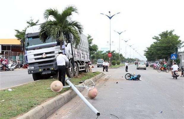 Xe tải leo dải phân cách rồi tông chết người đi xe máy chờ qua đường