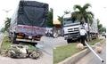 Xe tải leo dải phân cách, tông chết người đi xe máy chờ qua đường