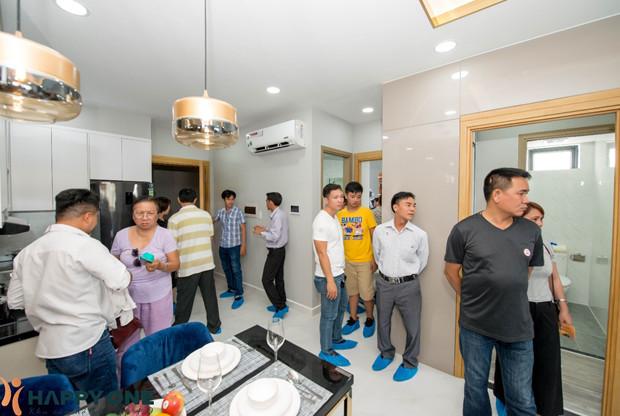 Khách hàng đến tham quan và tìm hiểu thiết kế nội thất căn hộ mẫu của Happy One