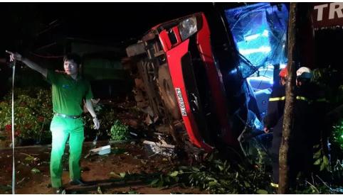 Xe khách mất lái lao vào xe tải rồi lật, hàng chục người thương vong