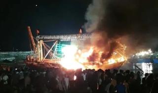 Đang neo đậu ở cảng, tàu cá của ngư dân bỗng bốc cháy ngùn ngụt