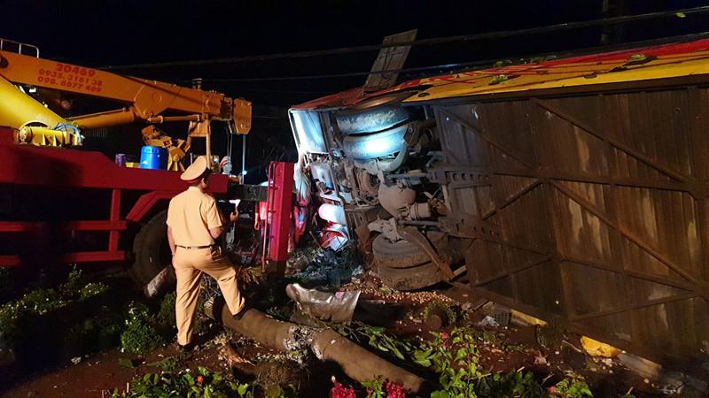 Thông tin mới vụ xe khách giường nằm mất lái lật nghiêng, hàng chục người thương vong