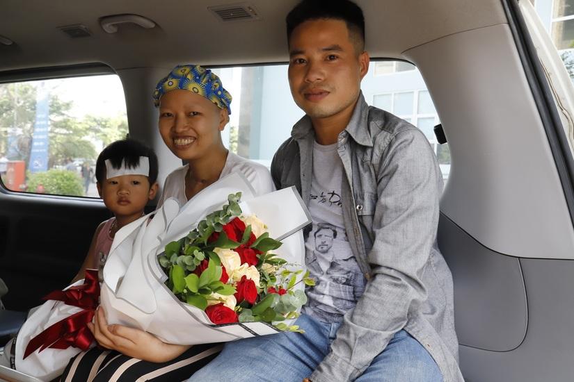 Chuyến xe hạnh phúc đưa mẹ con bé Bình An về đoàn tụ cùng gia đình 4
