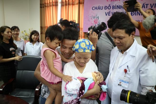 Chuyến xe hạnh phúc đưa mẹ con bé Bình An về đoàn tụ cùng gia đình 2