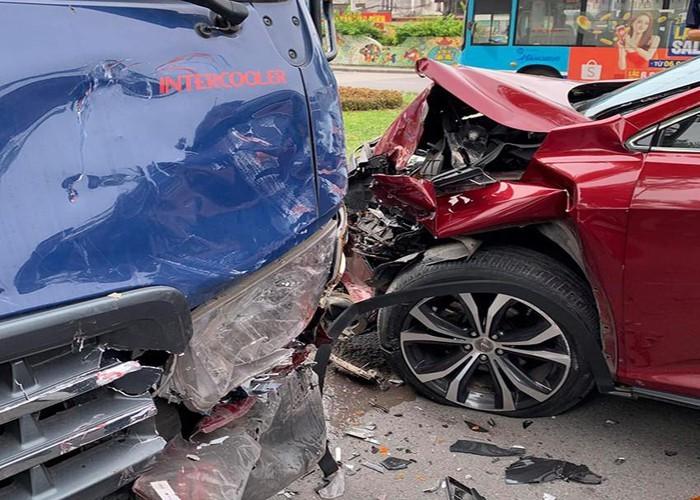 Đấu đầu với ô tô tải, xe sang Lexus vỡ nát đầu