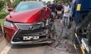 Tông trực diện ô tô tải, xe sang Lexus vỡ nát đầu