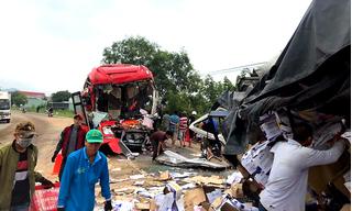 Hiện trường vụ xe tải và xe khách đấu đầu, 2 tài xế tử vong