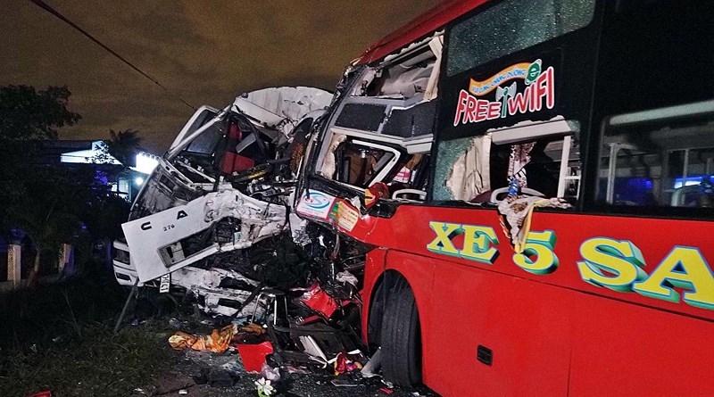 2 tài xế tử vong, kẹt trong cabin sau cú đấu đầu kinh hoàng của xe khách và xe tải