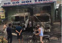 Hai xe tải cháy rụi ngay trước cửa hàng đồ gỗ