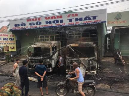 2 xe tải cháy rụi ngay cửa hàng đồ gỗ