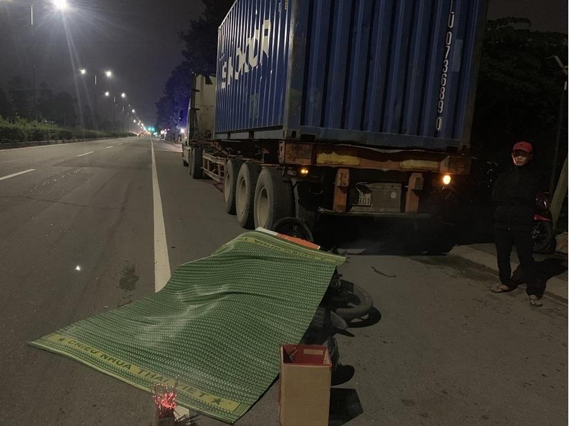 Không để ý container đỗ bên đường, người đi xe máy chết thảm