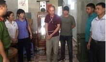 Phạm Văn Nhiệm tiều tụy, lo lắng khi diễn lại hành vi tội ác với nữ sinh giao gà