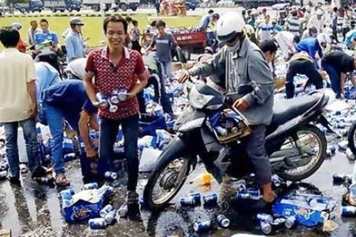 Tài xế bị dọa hành hung vì nhắc nhở những người 'hôi' vỏ bia sau tai nạn