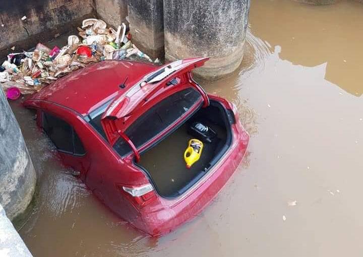 Tránh cụ bà sang đường, ô tô rơi xuống mương nước nổi lềnh phềnh