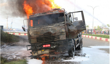 Xe bồn và xe ben bốc cháy ngùn ngụt sau va chạm, phát hiện 1 thi thể trong cabin