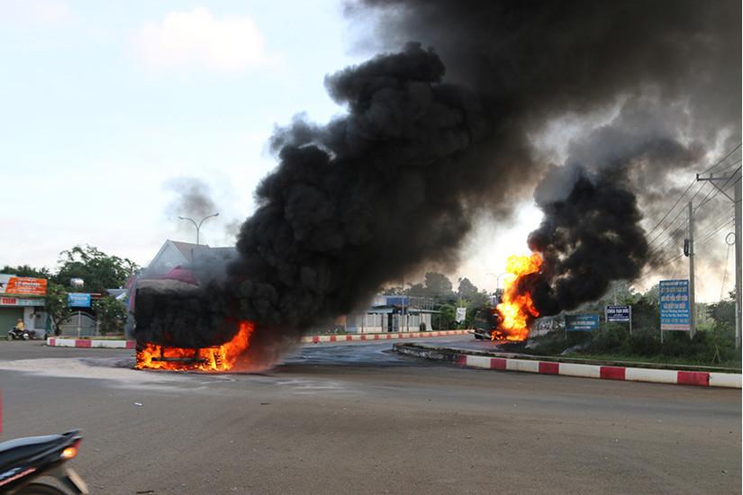 Xe bồn biển đỏ bốc cháy sau va chạm với xe ben, phát hiện 1 thi thể cháy rụi