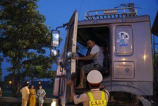 Tài xế xe tải chống đối, hất văng gậy chỉ huy của CSGT trên cao tốc
