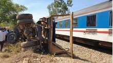 Cố vượt đường sắt, xe tải bị tàu tông văng, tài xế tử vong