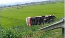Nghệ An: Xe buýt lao ruộng, 2 người chết, 8 người bị thương