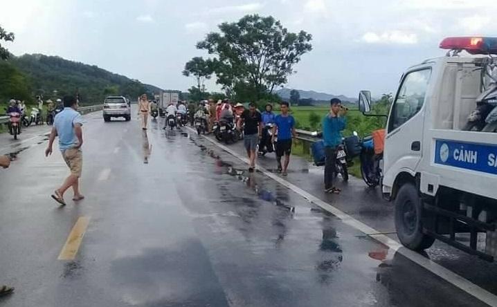 Nghệ An: Xe buýt mất lái lật nghiêng dưới ruộng, 10 người bị thương2