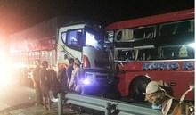 Xe khách vượt ẩu đấu đầu xe tải, tài xế tử vong, hàng chục người bị thương