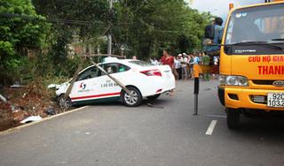 Taxi mất lái tông xe máy, 2 bà cháu tử vong thương tâm