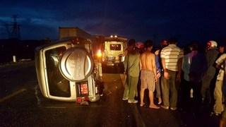 Xe 7 chỗ lật nghiêng sau khi kéo lê xe máy qua đường, 1 người tử vong