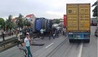 Đứng chờ sang đường, 5 người bị xe tải lật đè tử vong