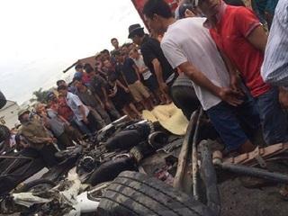 QL5 ùn tắc kéo dài sau vụ xe tải lật đè chết 5 người ở Hải Dương