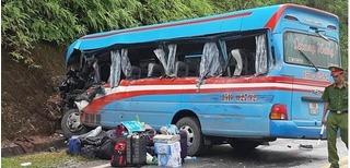 Xe chở đoàn thiện nguyện tông xe đầu kéo, 2 giáo viên tử vong