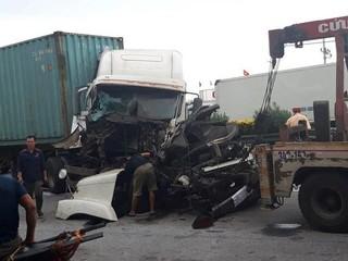 Lại xảy ra tai nạn ở QL5 đoạn qua Hải Dương, xe container nát đầu