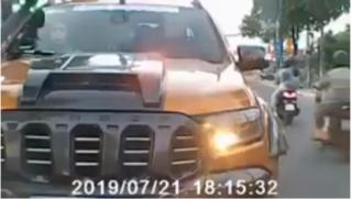 Tài xế bán tải lấn làn thách thức xe ngược chiều vì 'muốn lấy uy'