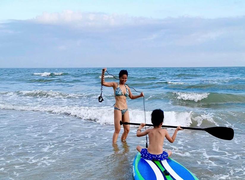 Hồng Nhung, Linh Nga mặc bikini đọ đường cong trên biển