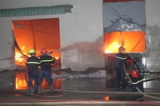 Hàng trăm tấn hàng bị thiêu rụi sau vụ cháy kho hàng tại KCN ở Nam Định