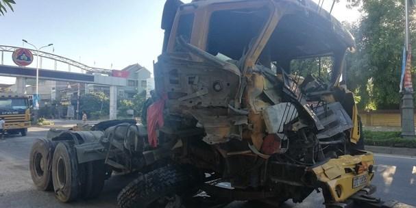 Nghệ An: Hai xe đầu kéo cùng công ty đâm nhau nát đầu trên Quốc lộ 1A