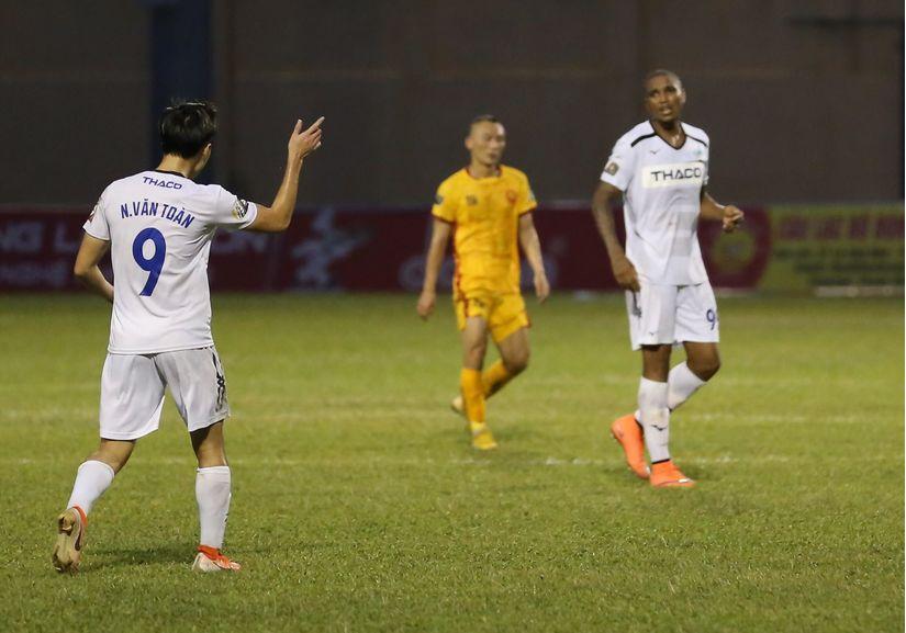 Tiền vệ Tuấn Anh không giấu nổi nỗi thất vọng với ngoại binh của HAGL Martins Felipe