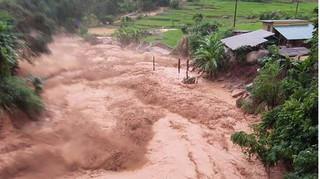 Nước lũ cuốn trôi 20 căn nhà, 13 người dân Thanh Hoá mất tích