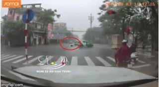 CLIP: Vượt đèn đỏ giữa trời mưa, người phụ nữ bị taxi hất văng xuống đường