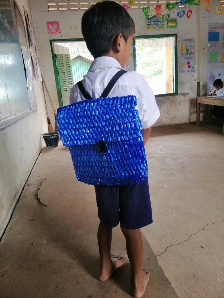 Xúc động trước tình cảm của người cha nghèo tự làm cặp sách cho con trai đi học